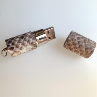 Clé USB habillée de python diamond
