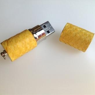 Clé USB habillée de python jaune