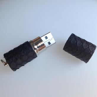 Clé USB habillée de python noir